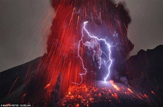 Một nhiếp ảnh gia đã mạo hiểm tính mạng của mình để chụp ảnh sét đánh trúng núi lửa