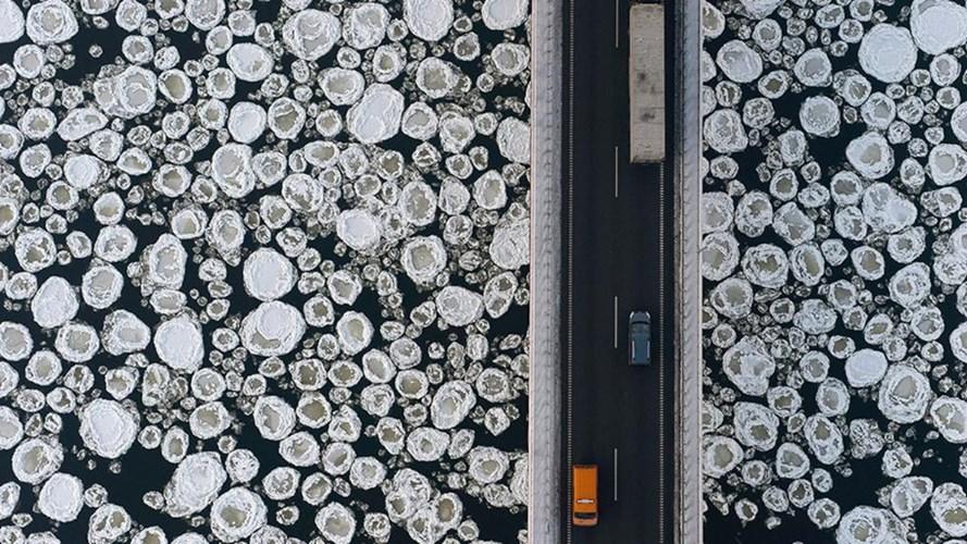 Băng tuyết dường như đang rắc thành những hạt nhỏ dưới sông. Đây đều là những bức ảnh ông chụp được khi đang bay trên bầu trời.