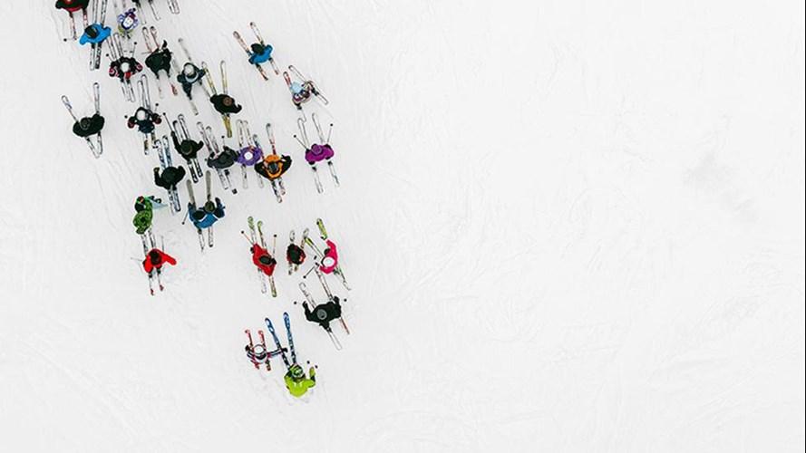 Hình ảnh những người đi trượt tuyết trên nền tuyết trắng xóa.