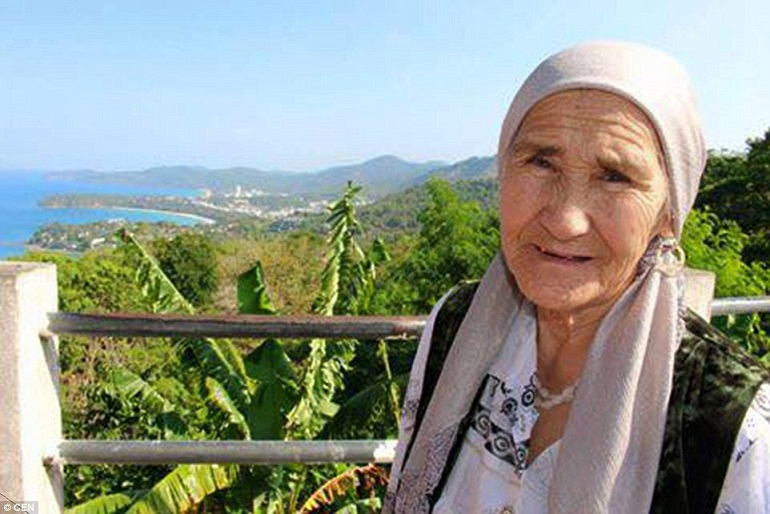 Chuyến đi đầu tiên của Lena khi bà đã ở tuổi 79 Để có được những chuyến hành trình kỳ thú như bây giờ, bà đã từng rất lo lắng trên chuyến bay lần đầu tiên.