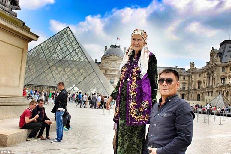 Cháu gái Aydin Toksanbaeva đã tạo một tài khoản Facebook ghi lại những chuyến đi của bà. Từ đó, bà được nhiều người biết đến, họ ngưỡng mộ tinh thần lạc quan của một cụ bà gần 80 tuổi.