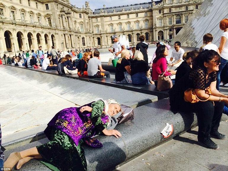 Ở đây, bà có một giấc ngủ ngắn tại một đài phun nước bên ngoài bảo tàng Paris nổi tiếng.