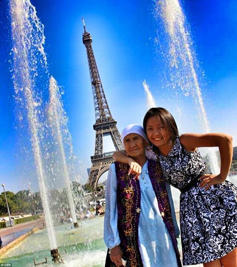 Bà chụp ảnh chung với cháu gái Aydin Toksanbaeva tại Tháp Eiffel.