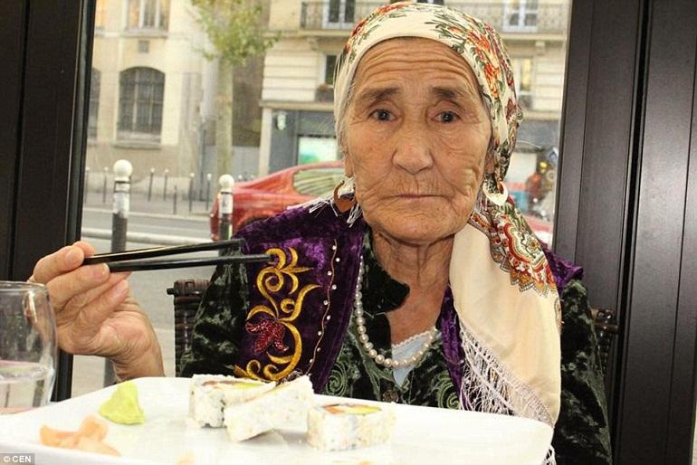 Bà cũng đã có những kỳ nghỉ ở Thái Lan và Tây Ban Nha, nơi mà bà rất thích đắm mình dưới ánh nắng mặt trời với một ly cocktail.