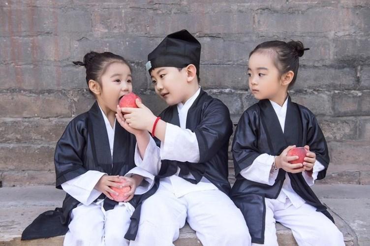 Bộ ảnh lấy cảm hứng từ tình bạn vô tư, trong sáng của ba đứa trẻ trong trang phục đạo sĩ đen - trắng đơn giản.