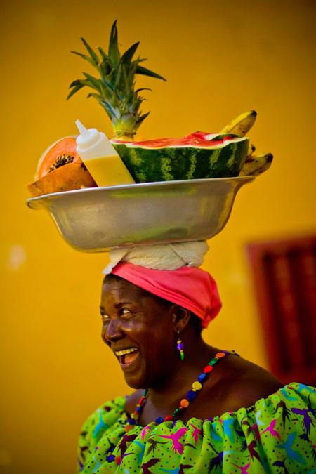 Bạn dễ dàng bắt gặp những phụ nữ bán hoa quả trên đường. Các loại trái cây được bán phổ biến gồm dưa hấu, xoài, đu đủ, chuối... và thường cắt nhỏ theo nhu cầu của khách. Bạn cũng có thể mua hoa quả tươi ở các xe hoặc quán ven đường.