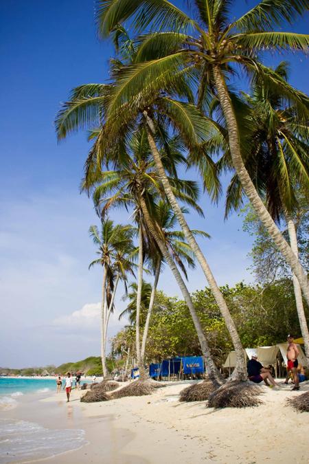 Bên cạnh những khu nghỉ mát tấp nập khách du lịch, Cartagena cũng có nhiều bãi biển yên bình với làn nước trong xanh và sóng lớn. Trong đó, Playa Blanca là một trong những bãi biển nổi tiếng nhất, thu hút không chỉ người dân Colombia mà cả du khách Nam Mỹ.