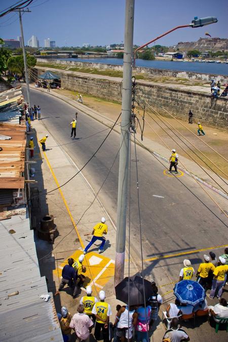 Trong hình là một trận bóng chày trên đường phố ở Gethsemane, khu vực gần trung tâm Cartagena.