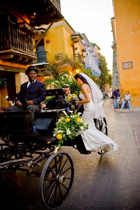 Đám cưới với cỗ xe ngựa trong phố cổ. Du khách cũng có thể chọn phương tiện này để khám phá Cartagena và hòa mình vào cuộc sống của người dân bản địa. Matt kể có nhiều người dân Colombia thường nghiêng mình qua cửa sổ để trò chuyện với khách đi qua. Không khí rất vui nhộn khi mọi người vô tư nhảy múa trên đường phố.