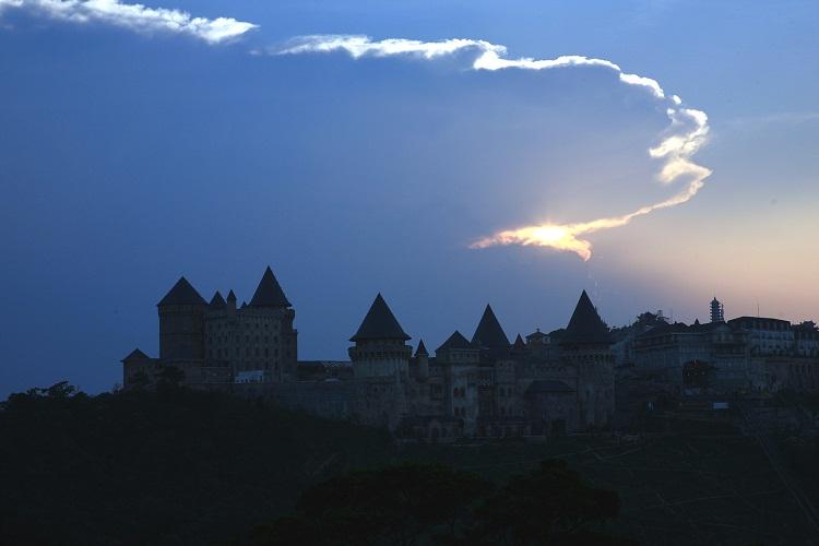 Rồng cưỡi mây nhả ngọc phun châu cho vùng Núi Chúa viên ngọc Bà Nà - Ảnh Anh Vũ