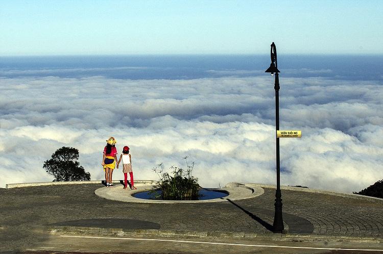 Với tay chạm đến biển mây - Ảnh Đào Quang Tuyên