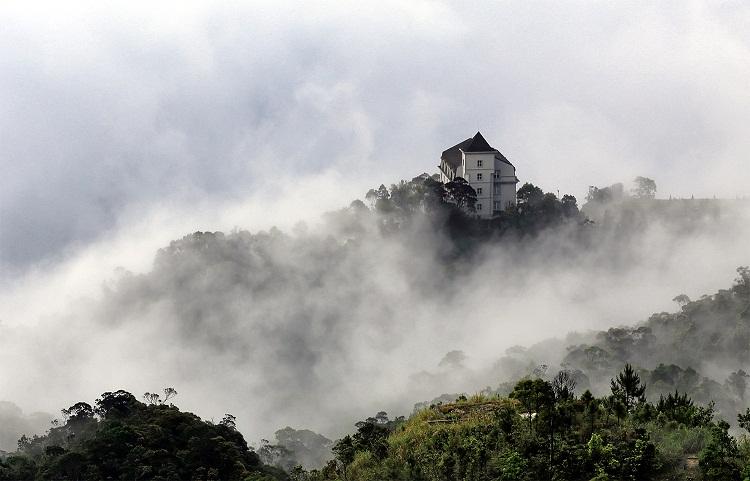 Bà Nà huyền ảo trong mây - Ảnh Lê Huy Tuấn