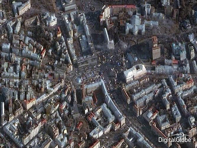 Các bức ảnh ngoạn mục này được chụp bởi mạng lưới vệ tinh công nghệ cao DigitalGlobe, thuộc Cơ quan Hàng không & Vũ trụ Mỹ (NASA). Mỗi năm DigitalGlobe sẽ đăng tải các bức ảnh vệ tinh hàng đầu của năm, cho phép người xem bỏ phiếu bình chọn bức ảnh ấn tượng nhất thông qua Facebook. Ảnh: Bức ảnh này được chụp từ trên bầu trời Kiev, Ukraine, vào tháng 2/2014, cho thấy tình trạng dân sự bất ổn trong thành phố với hàng ngàn người biểu tình trên đường phố.