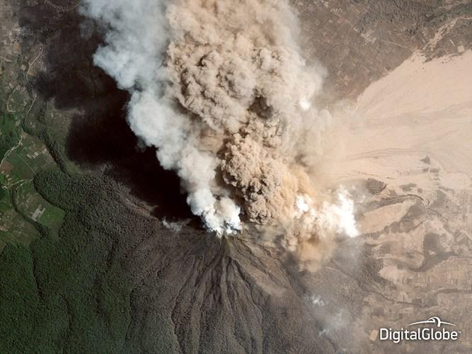 Hình ảnh ấn tượng cho thấy khói bốc lên từ miệng núi lửa Sinabung ở Indonesia hồi tháng 1/2014.