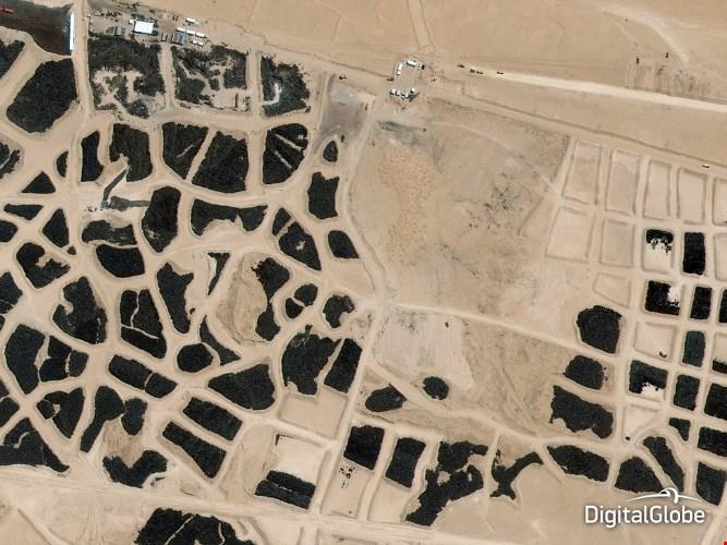 Ảnh vệ tinh chụp nghĩa địa lốp xe lớn nhất thế giới ở Sulaibiya, Kuwait.