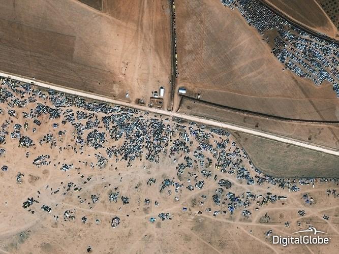 Hình ảnh có độ phân giải cao này chụp thị trấn Kobane, thuộc khu vực biên giới giữa Syria và Thổ Nhĩ Kỳ - nơi giao tranh ác liệt giữa các tay súng người Kurd và IS hồi tháng 5/2014.