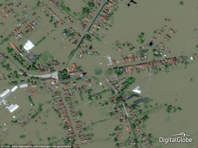 Ảnh chụp trên không giúp đội cứu hộ tìm ra cách giải cứu các nạn nhân lũ lụt ở Gunja, Croatia.