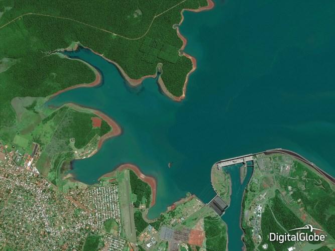 Ảnh chụp từ trên không được sử dụng để giám sát các khu vực ao hồ rộng lớn và tìm hiểu tác động của việc xây dựng một con đập mới. Trong hình là đập Itaipu ở Paraguay.