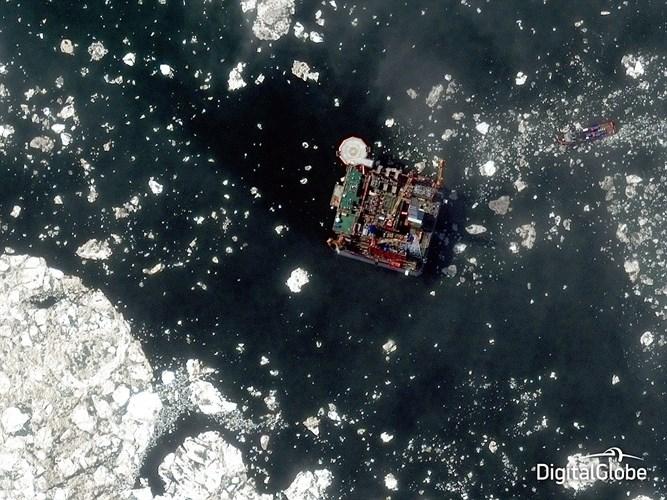Hình ảnh ấn tượng về giàn khoan dầu khí ngoài khơi Bắc Cực, cho thấy giàn khoan dầu Prirazlomnaya thuộc sở hữu của Nga.