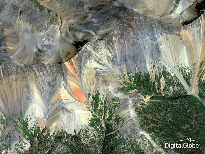 Một bức ảnh của dãy núi Cầu Vồng, British Columbia, Canada.