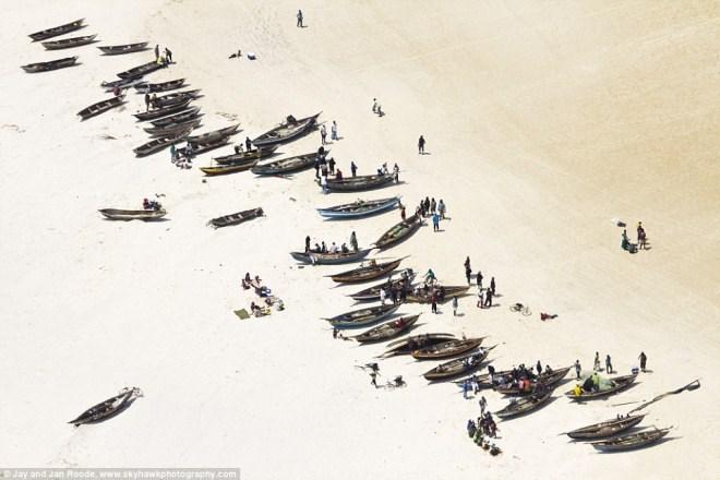 Hình ảnh những con thuyền trên nền cát trắng đầy sống động.