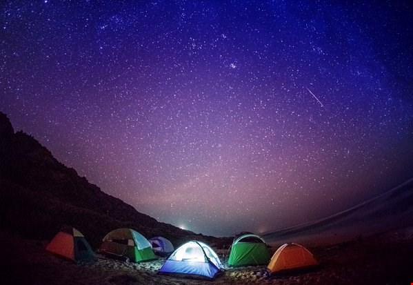 Mưa sao băng Geminids ở Ka'ena Point Beach, Oahu của nhiếp ảnh gia Anthony Quintano.
