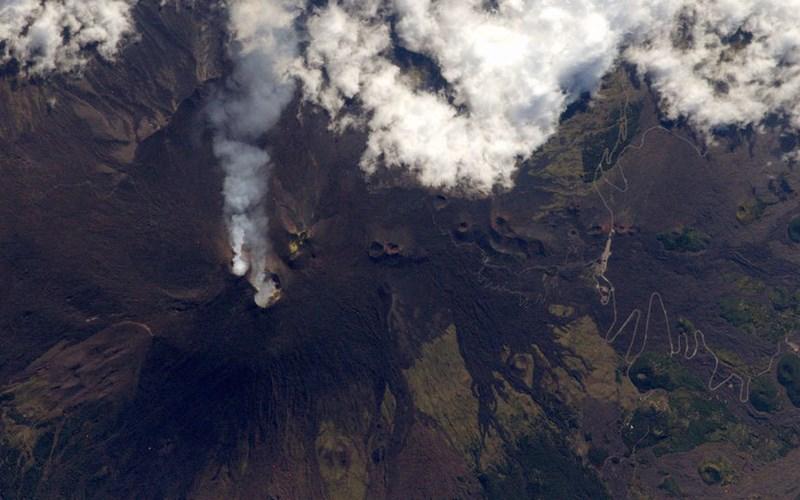 Hình ảnh phun trào của núi lửa Etna tại Sicily, Italia.