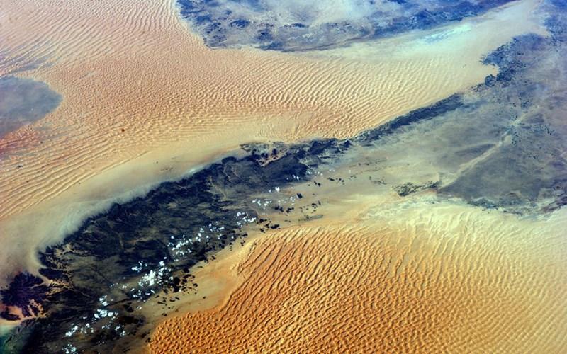 Đụn cát trên sa mạc Sahara tỏa sắc vàng choáng ngợp.