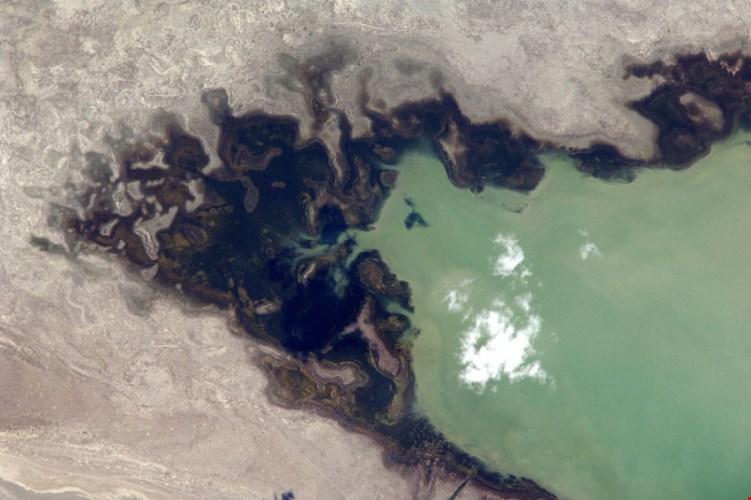 Khu vực còn sót lại của Biển Aral, hồ nước lớn thứ tư trên thế giới. Biển Aral là một vùng bồn địa trũng gồm một vài hồ nước mặn nằm ở Trung Á mà trước kia liên kết thành một biển kín.