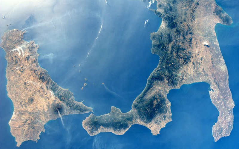 Miền nam Italia đẹp tuyệt mỹ trên nền xanh dương.