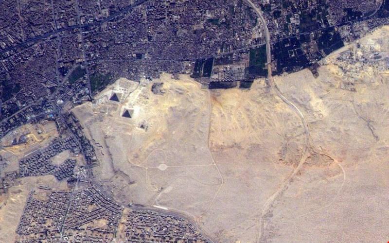 Hình ảnh trên không cho thấy toàn cảnh những kim tự tháp nổi tiếng của Ai Cập, gồm Đại kim tự tháp Giza, kim tự tháp Khafre, kim tự tháp Menkaure và tượng Nhân sư lớn ở Giza.
