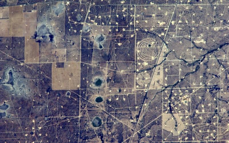 Bản đồ rắc rối của các mỏ dầu ở bang Texas, Mỹ khi nhìn từ trên không trung xuống.