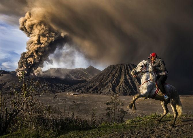 Bức ảnh chụp khoảnh khắc núi lửa Mt.Bromo phun trào của Reynold Dewantara tham dự cuộc thi ảnh du lịch National Geographic Travel Contest năm 2016.