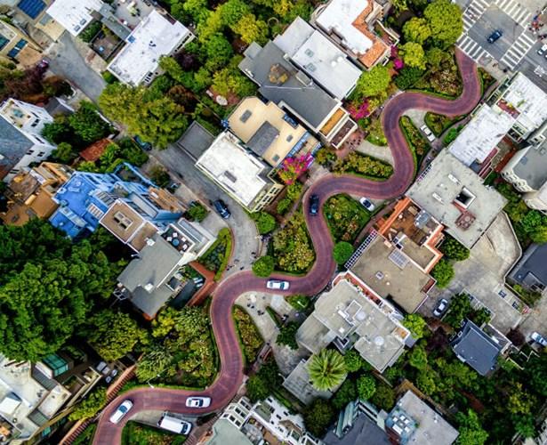 Bức ảnh ấn tượng dự thi National Geographic Travel 2016 của nhiếp ảnh gia Chris McCann ghi lại con đường Lombard Street uốn lượn hình con rắn ở San Francisco.