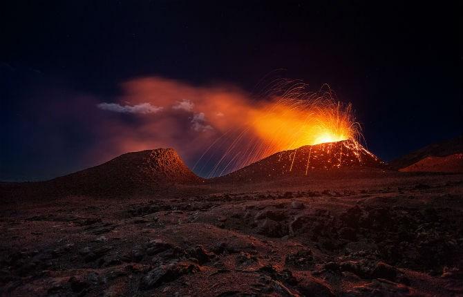Khoảnh khắc kinh ngạc khi núi lửa La Fournaise ở đảo Reunion phun trào.