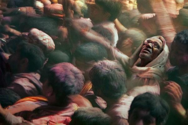 Người dân chen chúc nhau ở Ấn Độ.
