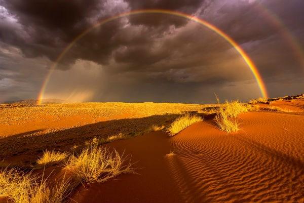 Cầu vồng đôi xuất hiện tuyệt đẹp ở Vườn quốc gia Namib-Naukluft, Namibia.