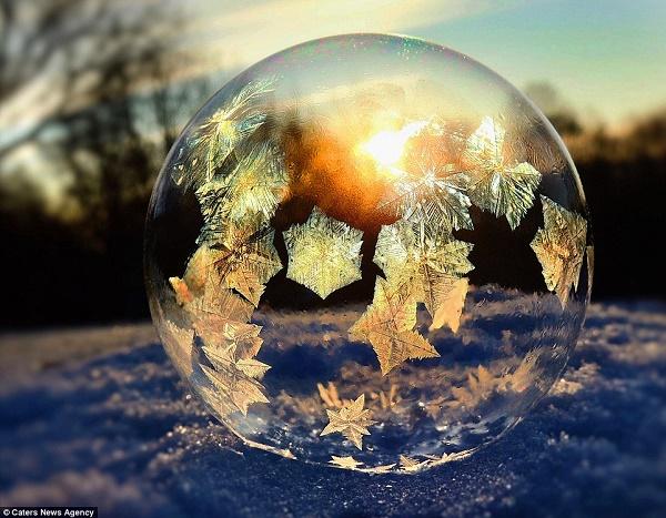 Hình ảnh kì thú khi bong bóng đóng băng lung linh trước ánh mặt trời