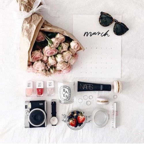 101-kieu-chup-flat-lay-item-trang-diem-giup-instagram-cua-ban-bung-sang_photoZone-com-vn- 3