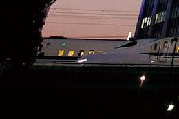 """""""Bắt dính"""" chiếc xe lửa đang di chuyển nhanh trong bóng tối"""