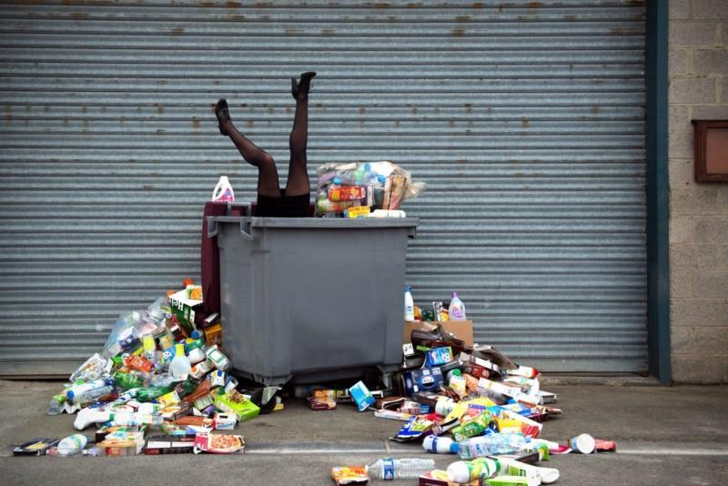 Nhiếp ảnh gia này đã thu gom rác trong 4 năm để tạo ra bộ ảnh của mình