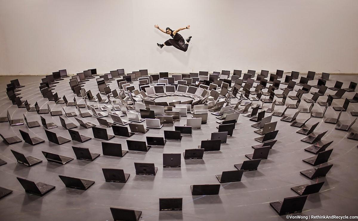 Nhiếp ảnh gia dùng gần 2.000kg rác điện tử sáng tạo ra những bức ảnh siêu thực