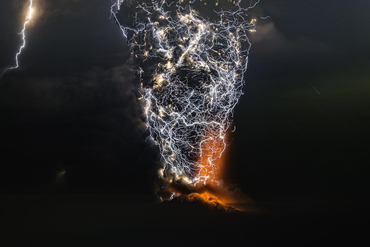 Trầm trồ trước hiện tượng núi lửa phun trào ngoạn mục qua ống kính nhiếp ảnh gia