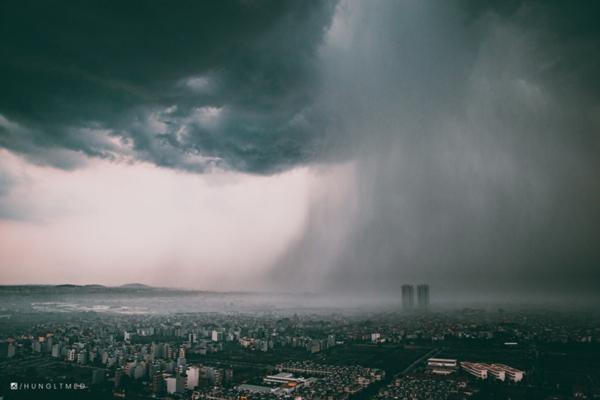 Cơn mưa Hà Nội chiều nay đẹp 'ảo diệu' qua ống kính của nhiếp ảnh gia